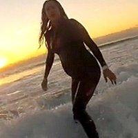 Серфингистка на последнем месяце беременности катается по волнам. ФОТО+ВИДЕО