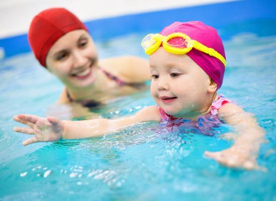 Насколько полезно для детей плавание? /  Мама /
