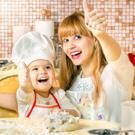Один на кухне: Учим детей готовить /  Мама /